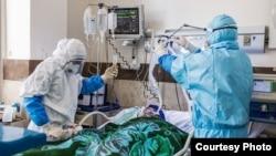 კორონავირუსიანი პაციენტის მკურნალობა ირანის ჰოსპიტალში