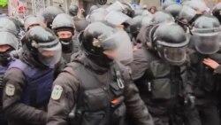 Tərəfdarları qolu qandallı Saakaşvilini polisin əlindən alır
