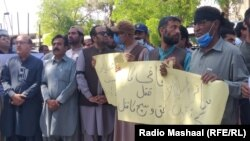 Journalists protest on April 25 in Quetta to demand the Balochistan government arrest the killers of a local journalist who was shot dead on April 25.