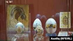 Мәҗитов музеендагы күргәзмәдә пасха йомыркалары формасында эшләнгән фарфор экспонатлар