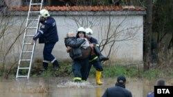 Екипи на пожарната и МВР евакуираха хора от къщи край река Струма в близост до Благоевград