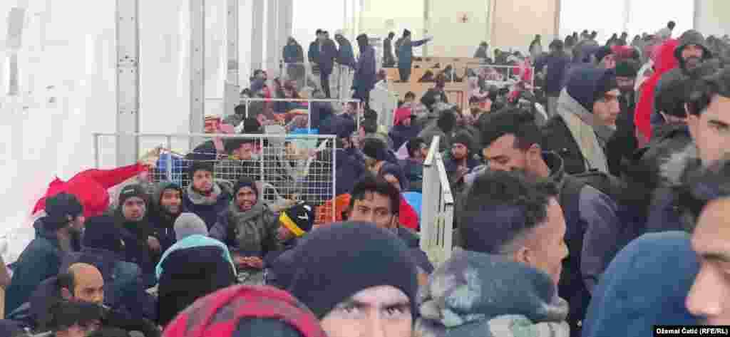 """Rreth një mijë migrantë gjenden në ish-qendrën e pritjes """"Lipa"""" në një tendë e vetmja që mbeti pasi stafi i Organizatës Ndërkombëtare për Migrim (IOM) u largua nga kampi në 23 dhjetor."""