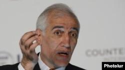 Armenia - Economist and opposition politician Vahagn Khachatrian speaks at a seminar in Yerevan, April 30, 2013