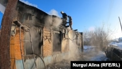 Сгоревший дом в городе Булаево района Магжана Жумабаева в Северо-Казахстанской области. 11 февраля 2021 года.
