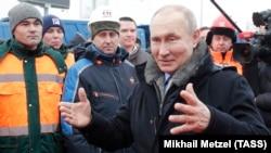 Россияда президент Владимир Путин ишчилар билан, 26 январь, 2021, Химки, Россия