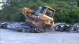 На Філіпінах бульдозэрам зьнішчылі Lamborghini, Ford Mustang і Porsche. ВІДЭА