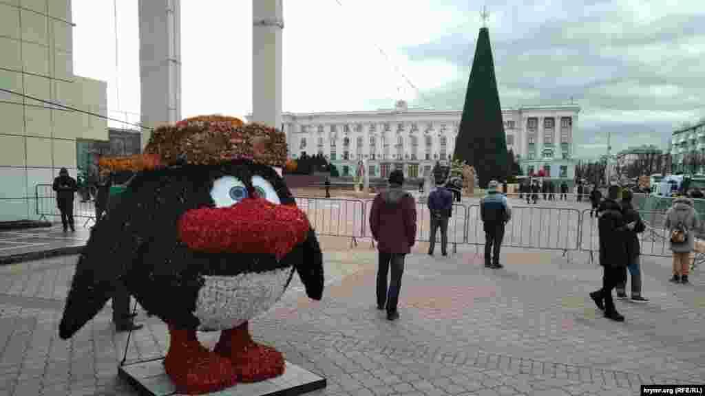 Станом на 16:00 за місцевим часом, у районі огородженої парканом площі Леніна в Сімферополі практично не залишилося людей
