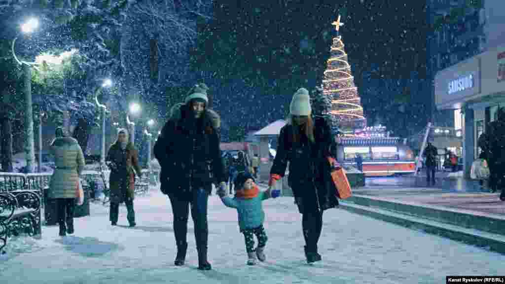По-настоящему празничное настроение в центре столицы. У ЦУМа уже стоит современная елка.