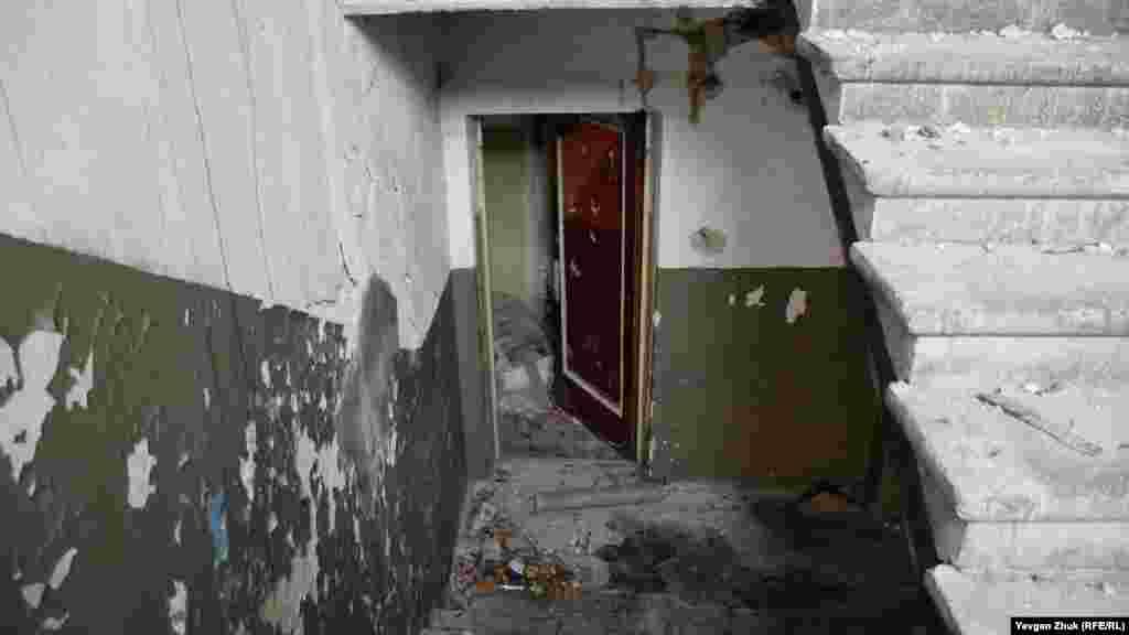 С лестницы исчезли перила, а дверь в подвал открыта