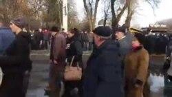 "Coloana lui Usatâi trece printre protestatarii ""DA"""