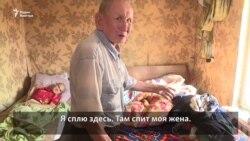 Жизнь в аварийном доме: будни четы пенсионеров и их сына с инвалидностью