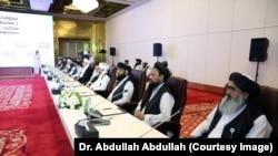 شماری از رهبران سیاسی گروه طالبان در دوحه.