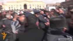 «Շնաձկներին թողել, ընկել են շերեփուկների հետեւից». Տաքսիստները փակել են Հանրապետության հրապարակը