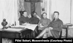 Командование лесного партизанского батальона: Ильмаринен, Ярвинен и Малкамяки (за картой)