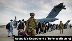 Австралийски граждани и хора с австралийска виза чакат реда си за качване в полет за Австралия.