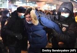 A rendőrök a vnukovoi reptéren vesznek őrizetbe egy fiatalt, aki Navalnij fogadására jött.