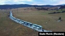 """Stotine migranata u autobusima nakon zatvaranja kampa """"Lipa"""", u Bihaću, 30. decembra 2020"""