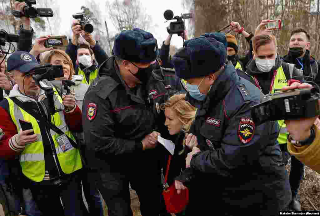 РУСИЈА - Полицијата ја уапсила шефицата на Рускиот Сојуз на лекари, Ана Василјева пред затворот, кога таа побарала дозвола да го прегледа опозицискиот политичар Алексеј Навални откако тој беше пренесен во болничко одделение со силна кашлица и треска, пишува Радио слободна Европа на англиски јазик.