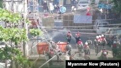 Policija Mjanmara ponovo ispaljuje suzavac prema demonstrantima, Jagon (4. mart)