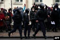 Милиция разгоняет мирную демонстрацию пенсионеров в Минске. 30 ноября