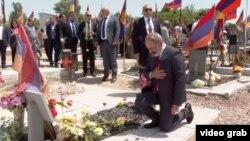 Исполняющий обязанности премьер-министра Никол Пашинян на военном кладбище в Эраблуре, 21 июня 2021 года