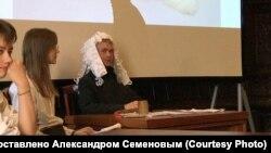 Александр Семенов во время дебатов для студентов университета Штиглица