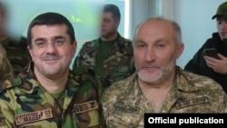 Президент Нагорного Карабаха Араик Арутюнян и командир воинской части «Ехникнер» Карен Джалавян (справа)