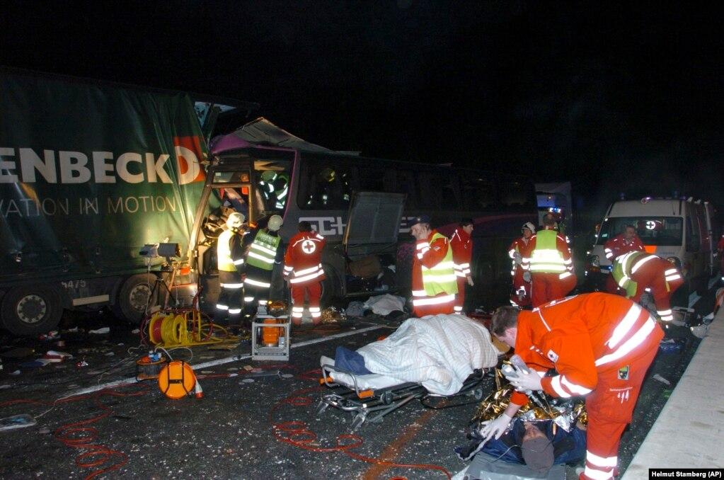 Autobusi i udhëtarëve që u përplas me dy kamionë. Vjenë, 22 shkurt, 2010.