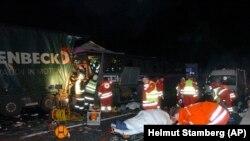 Spasilački timovi na licu mjesta gdje se autobus sudario sa dva kamiona u blizini Beča, 22. februara 2010.