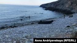 Украинские военные купаются у берега острова Змеиный