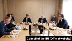 Pamje të takimit të parë mes kryeministrit të Kosovës Albin Kurti dhe presidentit serb Aleksandar Vuçiq në Bruksel