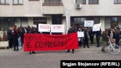 """""""Nëse nuk vepron, je pjesëmarrës"""", shkruan në një nga mesazhet në protestën në Shkup në Ditën Ndërkombëtare të Gruas."""