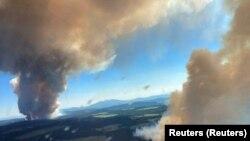 Incendiile au fost fotografiate aerian. Acestea s-au răspândit și la Long Loch și la Lacul Derrickson în Central Okanagan, Columbia Britanică.