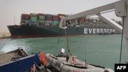 کشتی گیرمانده در کانال سوئز
