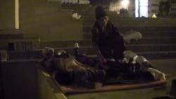02:30 - Dilşad Əliyeva probleminə diqqət çəkmək üçün 3 övladı ilə küçədə aclıq aksiyası keçirir