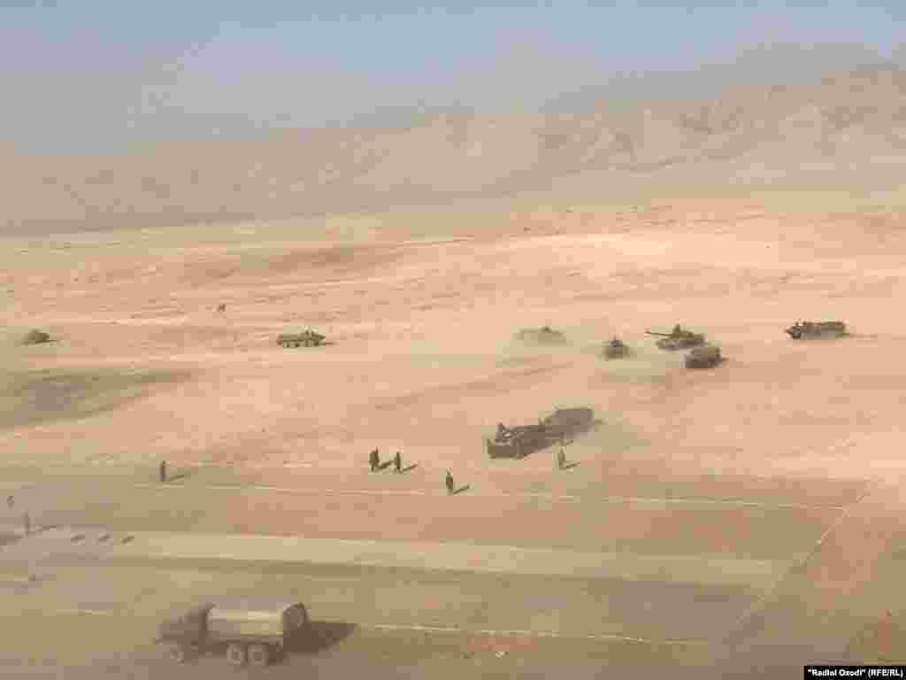 По другую сторону границы от таджикских полигонов боевики «Талибана» захватили большую часть Афганистана за период с мая, когда международные войска под руководством США начали официальный выход из 19-летней войны, положив основную ответственность за защиту страны на афганские правительственные войска