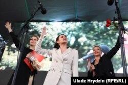 Ціханоўская, Цапкала і Калесьнікава падчас мітынгу на плошчы Бангалор у Менску. 30 ліпеня 2020