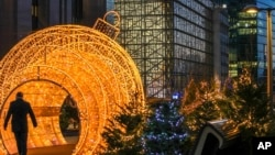 Dísz az Európai Tanács brüsszeli épülete előtt 2020. december 10-én.