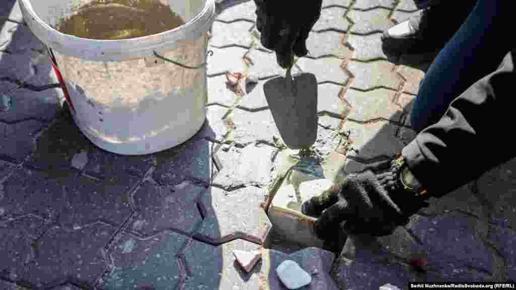 Майстер закріплює перший «камінь спотикання» у Києві