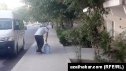 В Туркменистане из-за проблем с водоснабжением и низкого качества водопроводной воды многие вынуждены покупать питьевую воду.