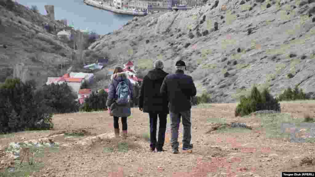 Туристи повертаються в Балаклаву балкою Кефало-Врісі