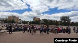 Собравшиеся на площади в Степногорске жители обсуждают предстоящие общественные слушания и высказываются против строительства завода по уничтожению ПХД и СОЗ-содержащих отходов рядом с населенными пунктами. Акмолинская область, 12 июня 2021 года.