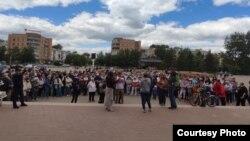 Собравшиеся на площади в Степногорске жители обсуждают предстоящие общественные слушания и высказываются против строительства завода по уничтожению ПХД и СОЗ-содержащих отходов рядом с населенными пунктами. Акмолинская область, 12 июня 2021 года