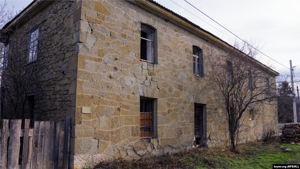 Tihaya soqağında 1901 senesi yerli tuftan yapılğan şahsiy ev. 1917 senesiniñ bolşevik devriminden evel anda qave ve et tükânı bar edi. Evniñ sağ tarafında yaşağanlar bar, sol tarafı baqılmay