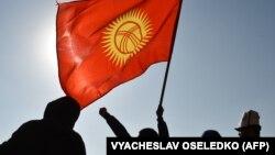 Сторонники нового премьер-министра Кыргызстана Садыра Жапарова на митинге в Бишкеке. 14 октября 2020 года.