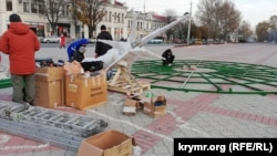 Установка главной городской елки в Симферополе | Крымское фото дня