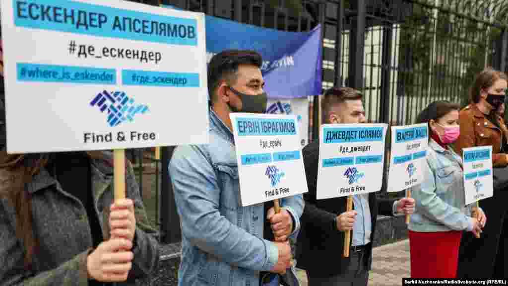 З десяток активістів «КримSOS» зібралися під стінами посольства Росії у Києві вранці 26 травня