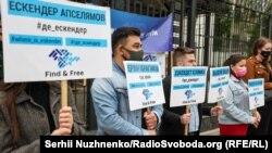«Ходіння по колу»: посольство Росії пікетували на підтримку жертв насильницьких зникнень у Криму – фоторепортаж