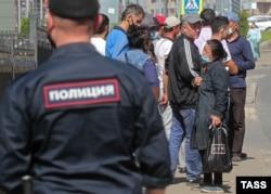 Трудовые мигранты возле Единого миграционного центра Московской области в Путилково, май 2021 года. Фото: ТАСС