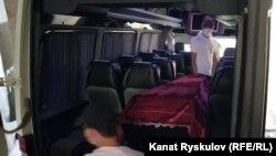 Азимжон Асқаровнинг жасади ортилган микроавтобус, Бишкек, 2020 йил 30 июли.